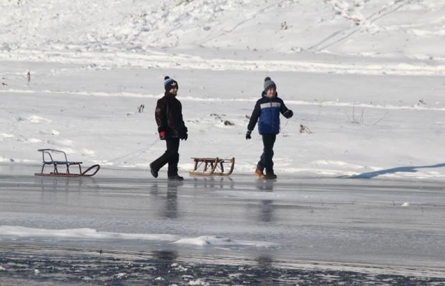 Прикарпатські рятувальники пильнують дітей, які приходять розважатись до зимових водойм