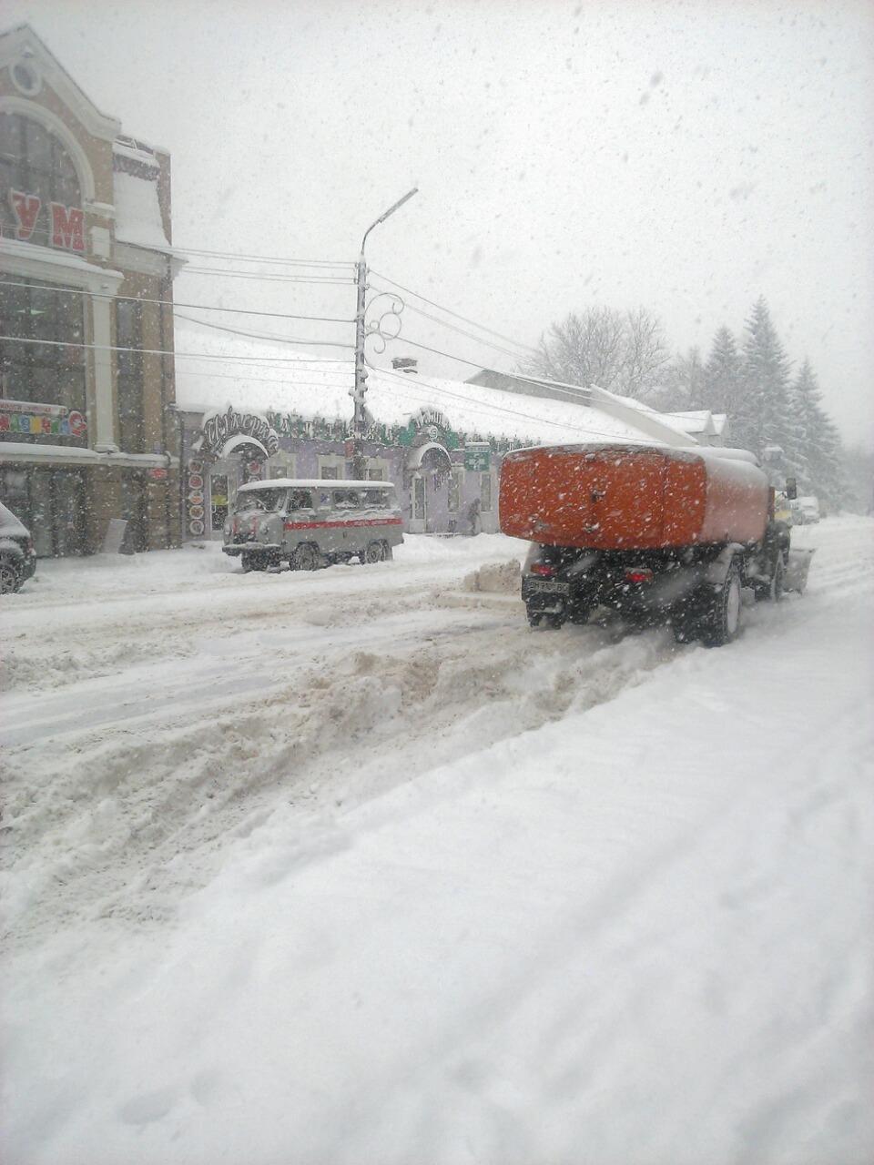 У Конотопі через снігову навалу сьогодні їздить менше ...